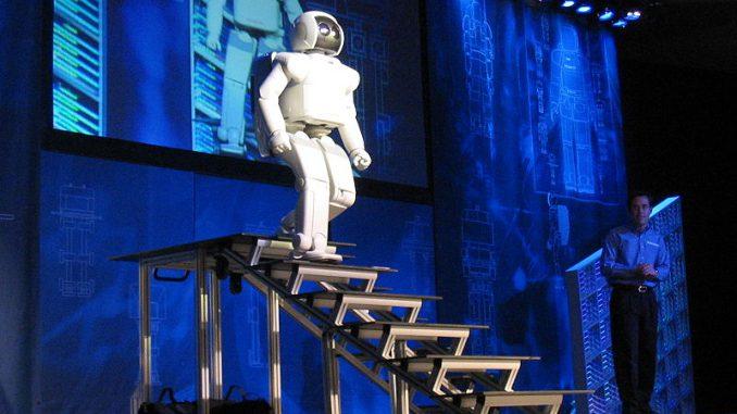 Il robot Asimo scende le scale
