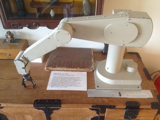 Immagine che contiene macchina da cucire, apparecchio, interni, pavimento Descrizione generata automaticamente